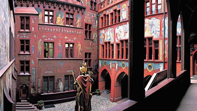 Outre sa façade exubérante, la cour intérieure du rathaus (hôtel de ville) vaut aussi le coup d'œil. Crédits photo: Édition Phoenix Foto Jutta Schneider, Michael Will.