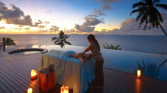 Dominant l'océan, les 16 villas disposent toutes d'une piscine à débordement et d'une vaste terrasse où les thérapeutes du Rock Spa prodiguent à la demande des soins ayurvédiques.