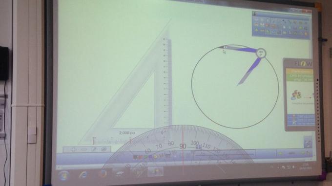 Les outils numériques sont précieux surtout en mathématiques: en trois clics, voilà un compas qui s'affiche sur l'écran qui permet de tracer un cercle avec un doigt, où un rapporteur qui mesure l'angle au dizième de degré près.