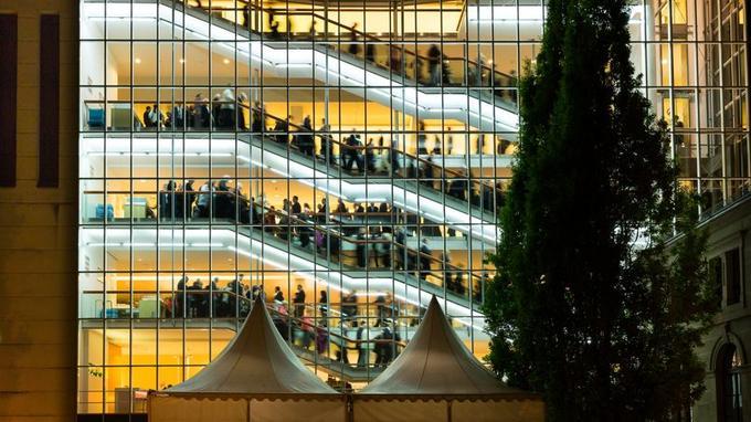 Dans son enveloppe contemporaine, le superbe opéra est l'un des plus grands d'Europe. Il accueille de grands chefs d'orchestre comme sir Simon Rattle.