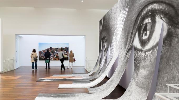 Oeuvre du New-Yorkais Richard Meier, le Museum Frieder Burda expose la fine fleur de l'art moderne et contemporain comme ici avec les œuvres de «JR».