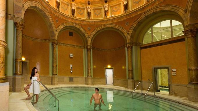 Sous la grande coupole du Friedrichsbad, un des plus beaux bassins du monde se perpétue la grande tradition allemande des bains naturistes.
