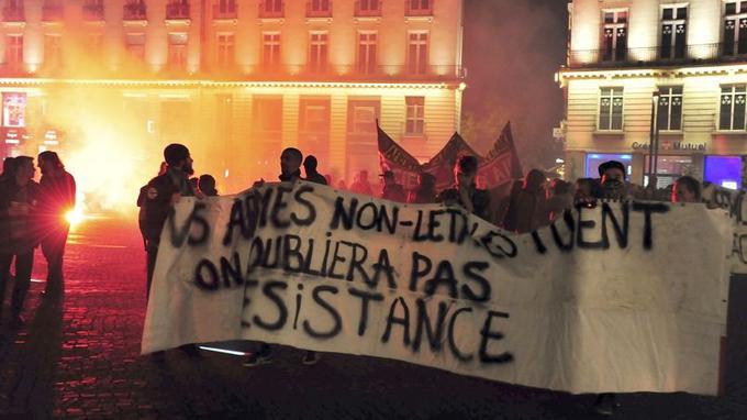A Nantes, où les opposants à l'aéroport de Notre-Dame-des-Landes se sont plusieurs fois violemment opposés aux forces de l'ordre depuis 2012, plus de 600 personnes se sont rassemblées en fin de journée près de la préfecture pour «exprimer leur colère face à la violence d'État».