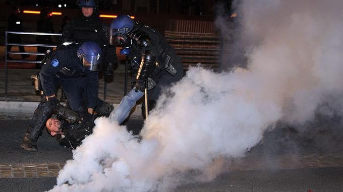 Vers 19 heures ont eu lieu les premiers jets de pierre auxquels les gendarmes ont répondu par des gaz lacrymogènes et des tirs de grenades assourdissantes.