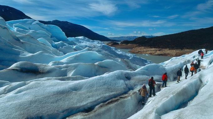 La calotte glacière qui recouvre cette partie des Andes est la troisième plus grande du monde, après l'Antarctique et le Groenland. Ces randonneurs sont sur le glacier Perito Moreno.