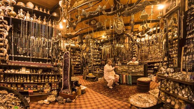 Kandjars, bijoux en or, châles en pashmina, grains d'encens ... Le souk de Mascate évoque une caverne d'Ali Baba. Bonne surprise, le flègme omanais rend les marchandages sereins.