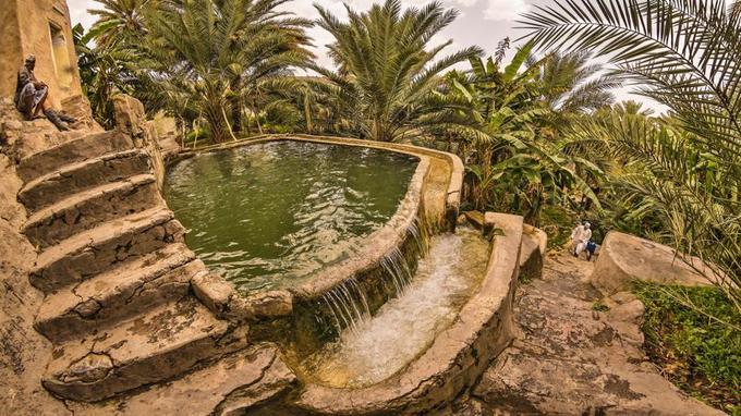 Dans le village-jardin de Misfat al-Abreyeen, l'eau des falajs est précieusement recueillie dans des réservoirs avant d'alimenter les vergers par un réseau de rigoles.