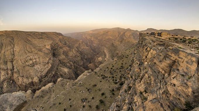 Cinq étoiles au-dessus du vide. Le tout récent hôtel Alila Jabal Akhdar domine l'un des plus beaux canyons du djebel. Une bulle de luxe discret dans un paysage aussi rugueux qu'ensorcelant.