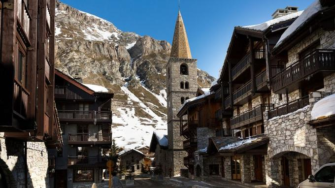 L'église Saint-Bernard-de-Menthon au coeur d'un vrai village savoyard à 1 850 mètres d'altitude.