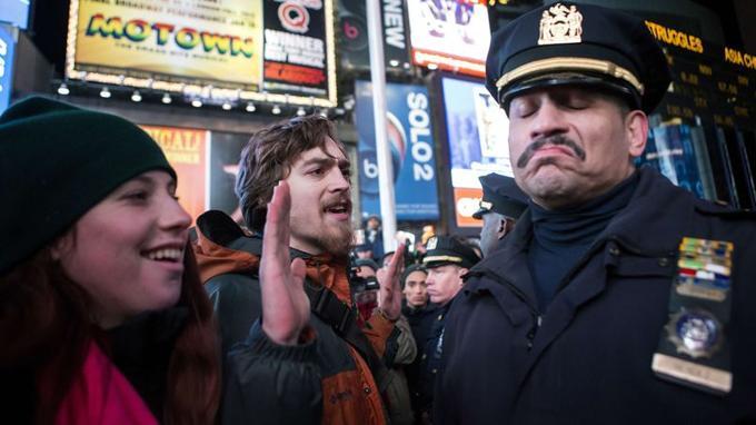 Des milliers de manifestants se sont rassemblés dans plusieurs quartiers de New York pour protester contre la décision du grand jury de ne pas inculper le policier impliqué dans le mort d'Éric Garner.