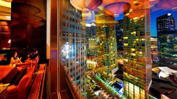 Jouxtant le restaurant de Pierre Gagnaire, le bar du Mandarin Oriental offre un panorama vertigineux.