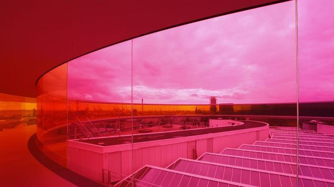 Olafur Eliasson pose <i> Your Rainbow Panorama</i>, 2006-2011, sur le toit du ARoS Aarhus Kunstmuseum, Danemark, en 2011.