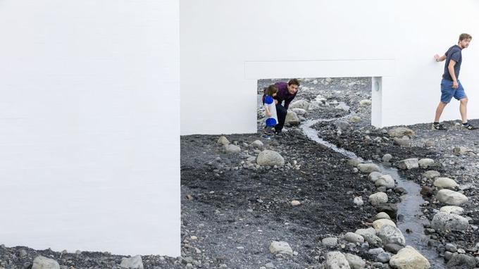 <i>Riverbed</i> ou 180 tonnes de moraines glaciaires venues d'Islande dans la prestigieuse Fondation Louisiana au nord de Copenhague.