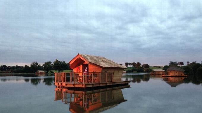 Vue de la cabane Alizé au coucher de soleil (Crédit: Village flottant de Pressac)