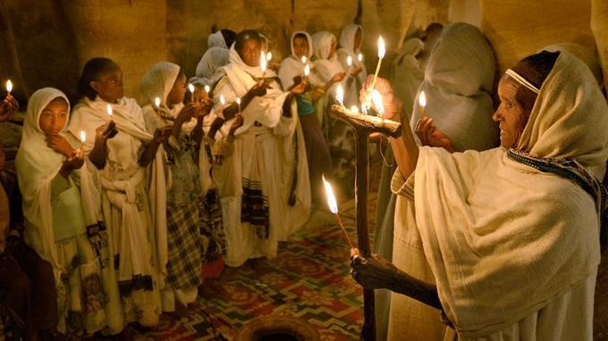 Venus des villages voisins, prêtres et fidèles se rejoignent pour célébrer les fêtes de Pâques dans l'église Maryam Korkor.