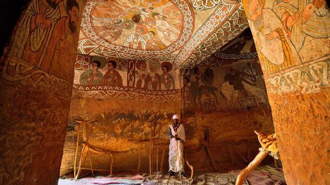 Des pupilles immenses, vives et captivantes sont l'un des traits distinctifs de la peinture éthiopienne qui orne les voûtes et les murs des églises du Tigré Oriental, comme ici, celle de Guh.