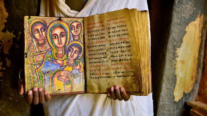 Les prêtres-peintres gardent vivant l'art religieux, ici, une bible en peau de chévre.