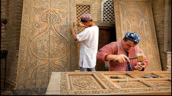 La passion du métier se transmet de père en fils. Voire de l'oncle à ses neveux comme ici chez les Jumaniosov, célèbres graveurs et sculpteurs sur bois de Khiva.