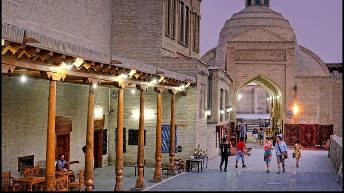 Bouhara: son bazar, ses coupoles marchandes, ses passages couverts et ses caravansérails.
