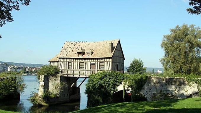 Le moulin est le dernier vestige des habitations construites autrefois sur le pont. (Crédit: Spedona/ Wikipédia)