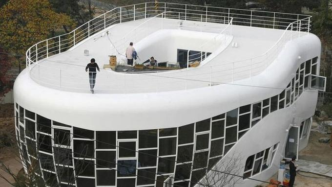 Fin des travaux de la maison de «Monsieur Toilettes». (Crédit: Jo Yong-Hak/Reuters)