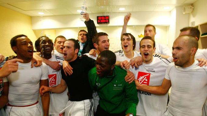 Les joueurs de Carquefou célèbrent la victoire face à Marseille dans les vestiaires de la Beaujoire (Nantes).
