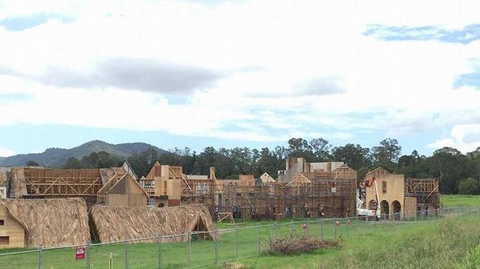 Le village de type XVIIIe siècle a été construit pour le tournage du film au Queensland dans le nord-est de l'Australie.
