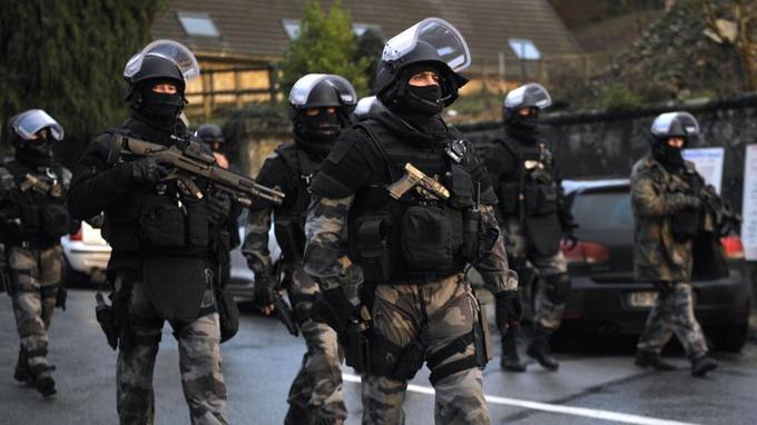 Des membres du Raid et du GIPN investissent les rues de la petite ville de Corcy à la recherche des suspects dans l'attaque du journal <i>Charlie Hebdo</i>.