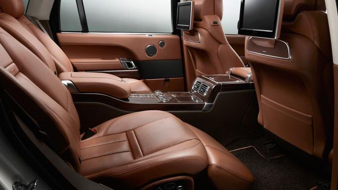 Le Range Rover rallongé fait désormais concurrence aux limousines de maître avec ses sièges arrière offrant une position semi allongée.