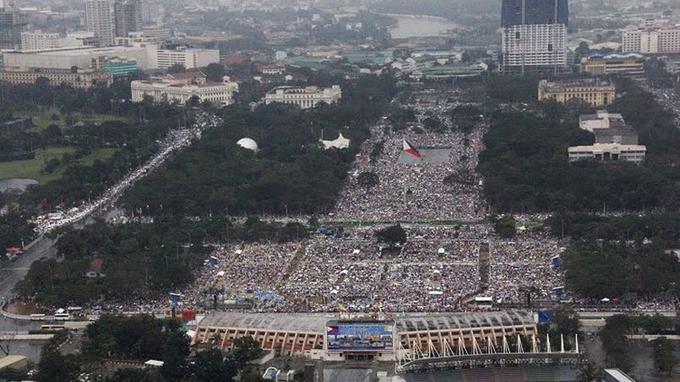 Le pape François a célébré dimanche à Manille, sous la pluie et devant des millions de personnes, une messe clôturant son voyage.