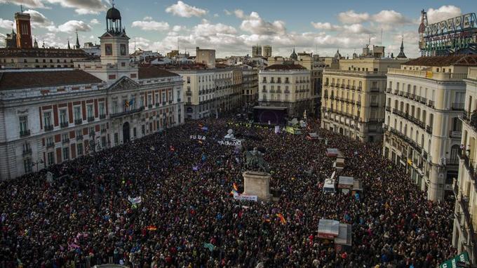 La grande «marche pour le changement» partait à la mi-journée de la place de Cibeles, à Madrid pour relier la Puerta del Sol, dans le centre historique, rassemblait une foule compacte, sans doute des dizaines de milliers de personnes au départ du cortège.
