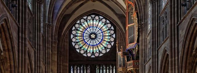 La grande rose de la cathédrale vue de la nef et, sur la droite, l'orgue.
