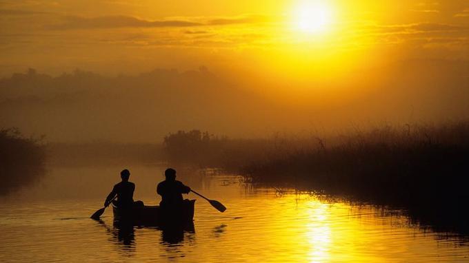 Une balade aquatique dans le plus pur des silences, avant que le soleil n'aspire la brume épaisse imposée par la nuit...