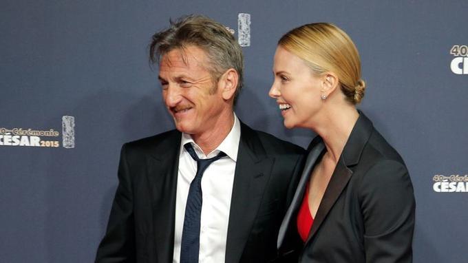 L'acteur Sean Penn et l'actrice Charlize Theron arrivent à la 40e cérémonie des César à Paris au Théâtre du Châtelet , le vendredi 20 février 2015. L'acteur s'est vu décerner cette année le césar d'honneur.