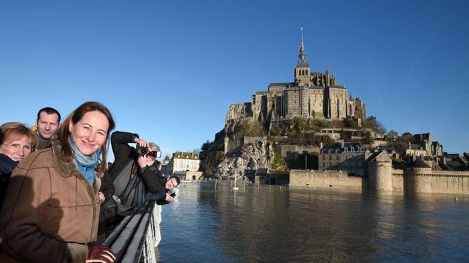 Ségolène Royal pose tout sourire devant le Mont-Saint-Michel ce dimanche 22 février.