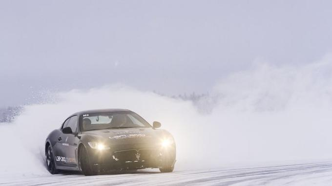 Glisser à plus de 160 km/h sur la piste verglacée est une expérience unique et grisante.