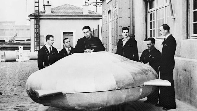 En 1957, l'équipage de la calypso pose avec le prototype d'une «soucoupe volante» SP-350. Il s'agit de la maquette du sous-marin <i>Denise</i>.