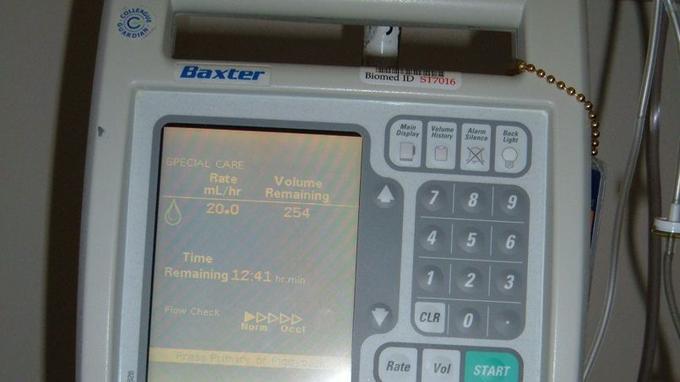 Une pompe à perfusion permet de programmer la quantité de médicament délivrée automatiquement au patient.