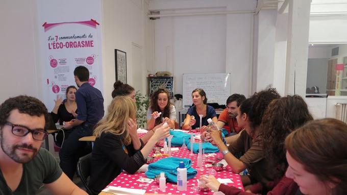 Camille Marguin, cofondatrice de Générations Cobayes (de face, en bleu), animant un atelier de cosmétiques DIY (photo Caroline de Malet).
