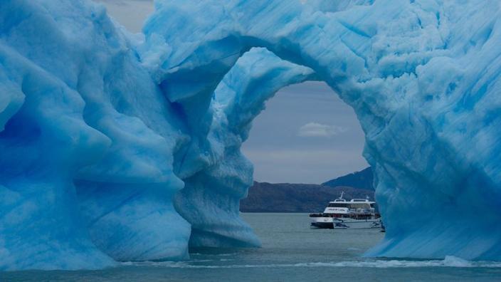 Um bloco de gelo que atravessa o Lago Argentino. Esta enorme extensão de água doce é o vertedouro do glaciar Perito Moreno.'eau douce est le déversoir du glacier Perito Moreno.