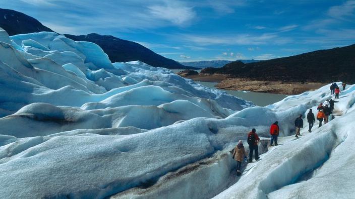 A calota de gelo que cobre esta parte dos Andes é a terceira maior do mundo, depois da Antárctida e da Gronelândia. Estes caminhantes estão no glaciar Perito Moreno.'Antarctique et le Groenland. Ces randonneurs sont sur le glacier Perito Moreno.
