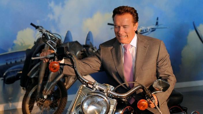 Arnold Schwarzenegger - Primo Mister Universe, quindi Star D'Hollywood, e infine il politico l'eroe del terminatore ha vissuto successo nelle sue tre carriere. Il 7 ottobre 2003, questo repubblicano diventa governatore della California, un titolo che Ronald Reagan, anche un altro famoso comico, aveva accessibile anche prima di diventare presidente degli Stati Uniti.'abord Mister Univers, puis star d'Hollywood, et enfin homme politique Le héros de Terminator a connu la réussite dans ses trois carrières. Le 7 octobre 2003, ce républicain devient gouverneur de Californie, un titre auquel Ronald Reagan, autre comédien célèbre, avait aussi accédé avant de devenir président des Etats-Unis.