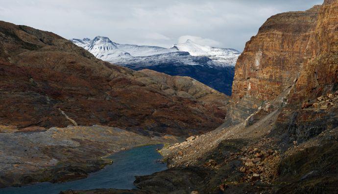 O desfiladeiro fóssil foi outrora coberto por um glaciar. Os fósseis marinhos presos nas paredes rochosas são um testemunho da história milenar do Parque Los Glaciares.'un glacier. Les fossiles marins emprisonnés dans les parois de roches tmoignent de l'histoire millénaire du parc Los Glaciares.