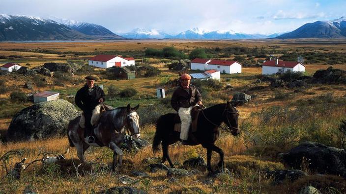 A boina aparafusada na cabeça e em saddleenbsp;! Para os gaúchos, o cavalo é a melhor forma de percorrer as vastas extensões da estepe patagónica.