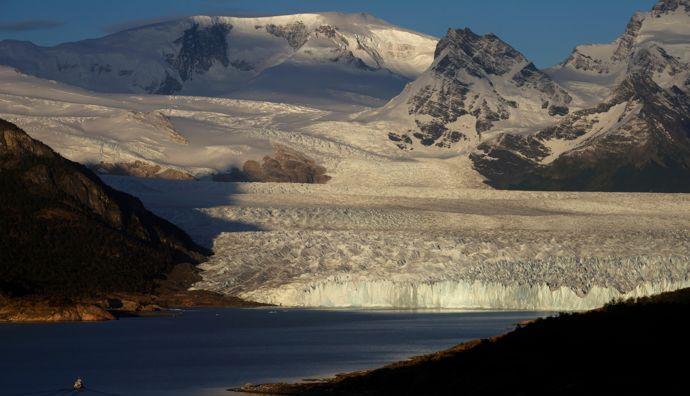 O Glaciar Perito Moreno corre para as águas azuis do Lago Argentino. Este esplendor natural atinge uma altura de 60 metros.