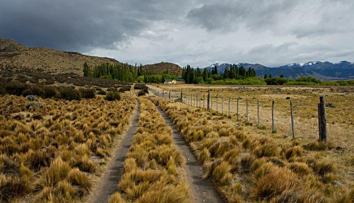 No fim da estrada, um pequeno pedaço de Inglaterra esconde-se no coração da Patagónia. Hosteria Alta Vista está aninhada entre 75.000 hectares de estepe.'Angleterre se cache au cœur de la Patagonie. L'Hosteria Alta Vista est nichée au milieu de 75 000 hectares de steppes.