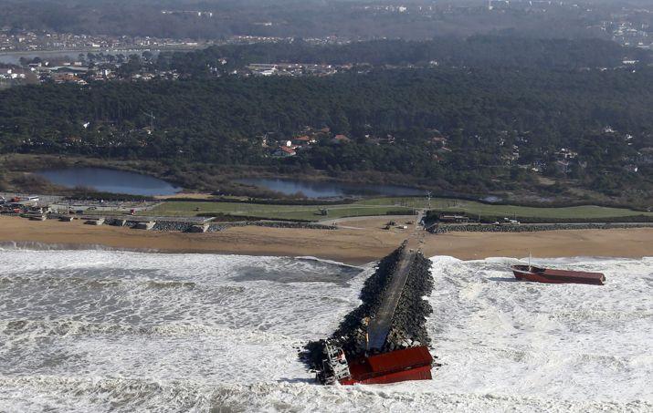 Sur cette photo prise d'hélicoptère, on distingue bien les deux morceaux du cargo. Il se trouvait à l'entrée du port de Bayonne vers lequel il se dirigeait quand il a été victime d'une «avarie électrique totale».