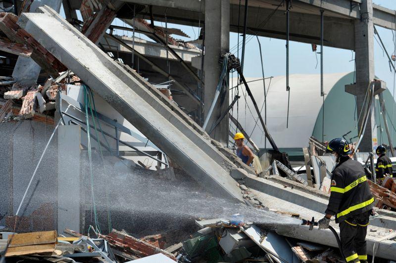 Le séisme de magnitude 5,8 a fait au moins quinze morts et des blessés, au nord-est de l'Italie. Ci-dessus, les débris d'une usine à Mirandola.