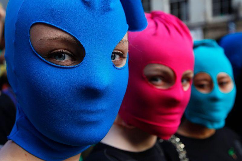À Édimbourg (Écosse), des manifestants ont revêtu des cagoules colorées à l'appel d'Amnesty International pour soutenir les Pussy Riot… et promouvoir l'opération baptisée «Stand Up For Freedom», qu'organisera l'ONG lors du prochain festival de la ville.