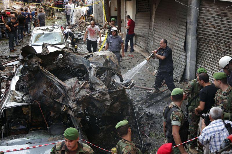 Vendredi après-midi, des pompiers et des membres de la défense civile entraient dans les immeubles à la recherche des victimes.